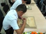 Ученики В.С. Улеева демонстрируют процесс работы в технике маркетри
