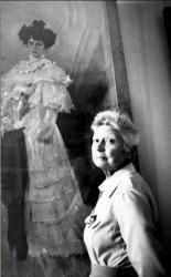 Ирина Леонидовна Сологуб у портрета бабушки Елизаветы Алексеевны Красильщиковой