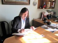 Никас сделал запись в Книге почетных гостей музея